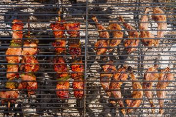 Muslos de Codorniz y  Pinchos de Carne en la Parrilla