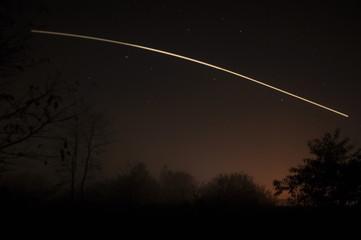 Obraz Smuga światła na nocnym niebie - fototapety do salonu