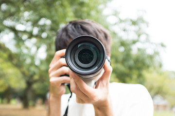 写真を撮る男性