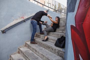 donna tenta difesa da uomo che l'aggredisce