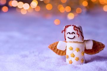 Süßer Marshmallow Engel mit Flügeln aus Keks