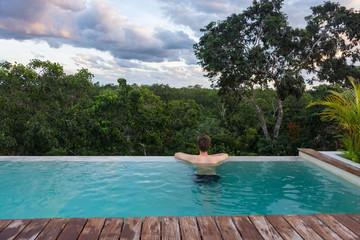 Piscine à débordement avec vue sur la jungle