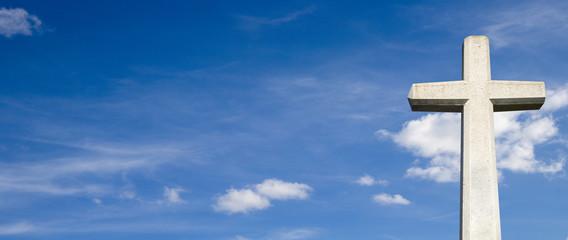 Steinkreuz vor blauem Himmel Panorama