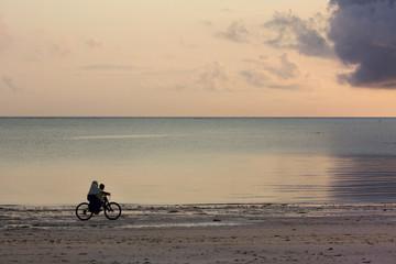 вечерняя прогулка на велосипеде по берегу моря