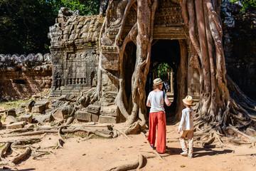 Family at Ta Som temple