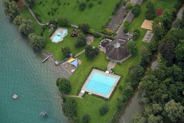 Luftaufnahme eines Freibads in der Schweiz
