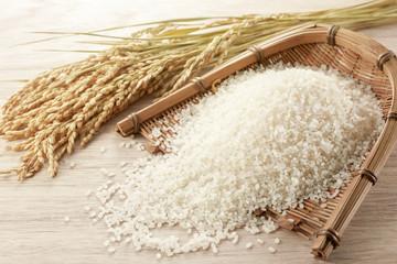 ザルに入れた米と稲穂