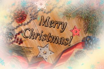 красивый рождественский фон с новогодними украшениями и елью на деревянном фоне