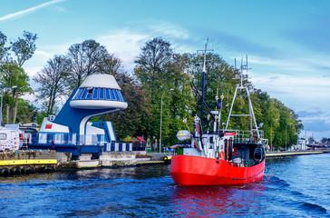 Fischerboot  Brücke des Kapitäns von Witold Hubert Schiebebrücke  Darlowko