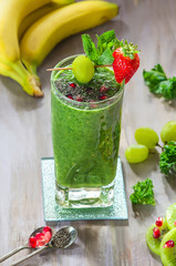 Green kale and grapes smoothie