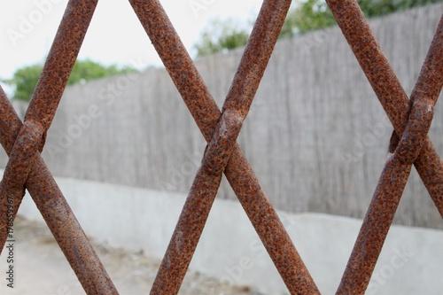 Rostiger Zaun Vor Grundstuck Stockfotos Und Lizenzfreie Bilder Auf