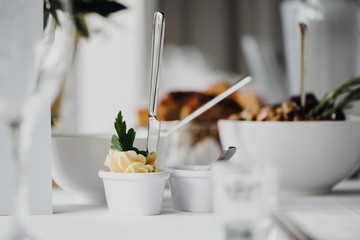 Photo sur Aluminium Entree Vorspeise auf einem festlich gedeckten Tisch