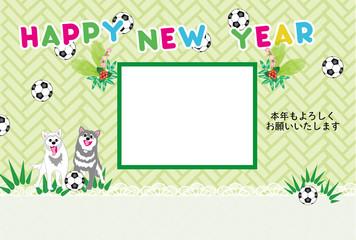 犬とサッカーボールの写真フレームの緑の年賀状テンプレート