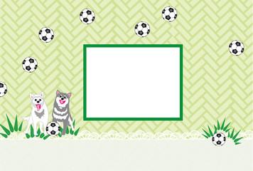 犬とサッカーボールの写真フレームの緑のはがきテンプレート