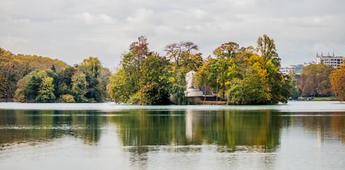 Panorama du lac du Parc de la Tête d'Or en automne à Lyon