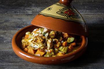 Gericht aus Gemüse und Hühnchen zubereitet in einer traditionellen marokkanischen Tajine