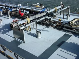 Aufbauten an Deck eines modernen grauen Tankschiffs auf dem Rhein in Köln im Rheinauhafen in Nordrhein-Westfalen