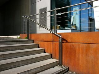 Moderner Treppenaufgang mit Geländer aus Edelstahl und Glasfassade mit Schaufenster am Rheinauhaufen in Köln am Rhein