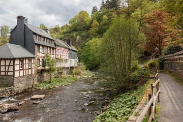 Rur bei Monschau in der Efiel mit historischen Häusern und Wanderweg