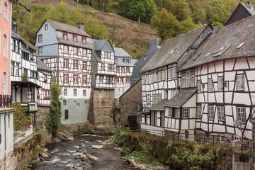 Fachwerkhäuser mit Schieferdächern an der Rur in Monschau in der Eifel