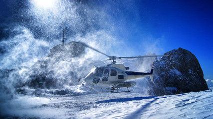Stores photo Hélicoptère helicopter landing to pick up skiers