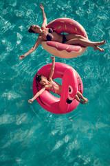 Familie entspannt im Urlaub