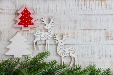 Weihnachten - Holzhintergrund mit Tannenzweigen, Tannenbaum und Rentier
