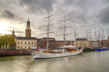 Sailing ships on the quay of the Dutch city Kampen, in the background the church tower Nieuwe Toren Fototapete