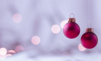 Lila Weihnachtskugeln mit weichem Lichter Bokeh