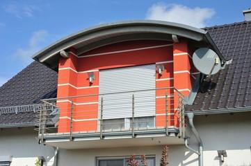Rundbogen-Gaube mit Edelstahlgeländer und Sateliten-Anlage auf modernem Einfamilien-Wohnhaus