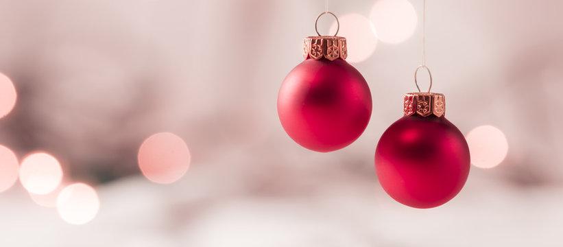 Hängende Weihnachtskugeln mit weichem Lichter Bokeh