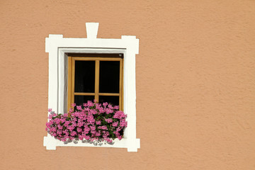 Fenster mit Blumenschmuck