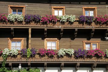Blumenschmuck an einem Haus in Stuhlfelden