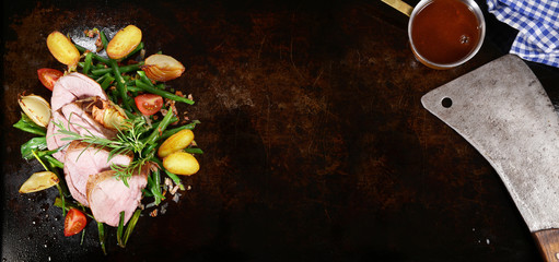Lammbraten mit Bohnen und Bratkartoffeln - Panorama