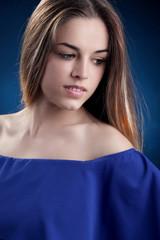 Ritratto di una bella giovane donna bionda. Ragazza pensierosa e misteriosa.