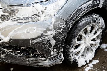 Selbstwaschanlage, Fahrzeug wird mit Waschbürste eingeschäumt