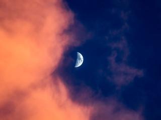 月と夕焼け雲