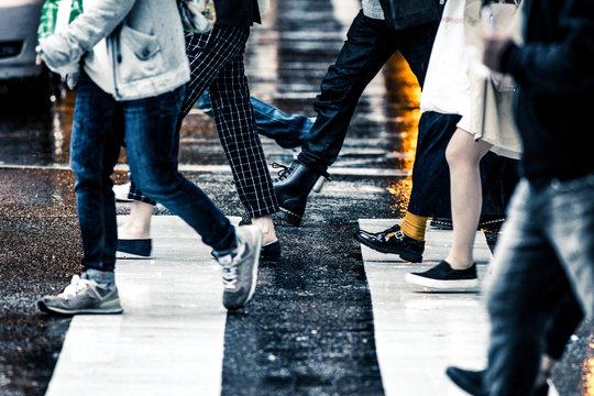 雨天 横断歩道と人々