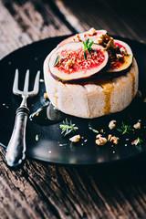 Camembert mit Feigen,Honig und Walnüssen