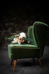 Schöner Blumenstrauß auf einem Sessel