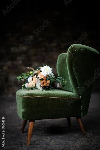 sch ner blumenstrau auf einem sessel zdj stockowych i obraz w royalty free w. Black Bedroom Furniture Sets. Home Design Ideas