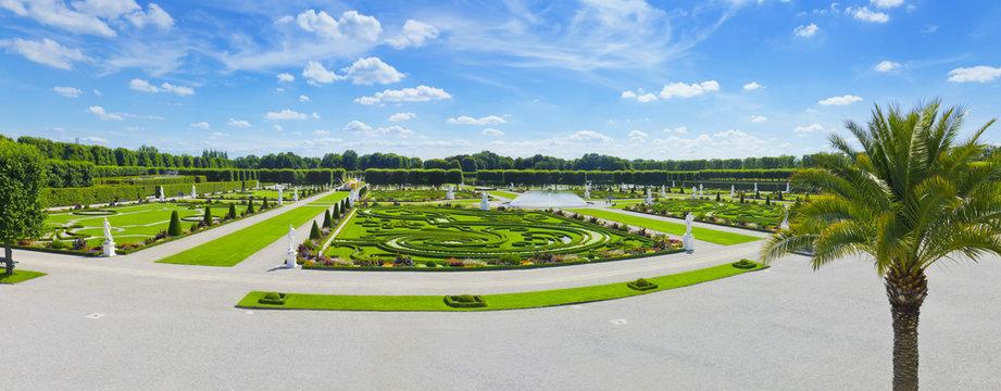 Herrenhäuser Gärten mit Glockenfontäne und antike Statuen