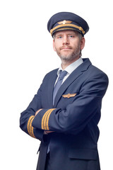 Pilot in Uniform mit goldenen Streifen und Mütze verschränkt die Arme