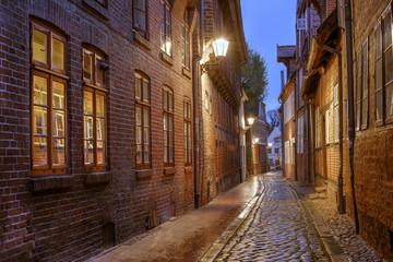 Fond de hotte en verre imprimé Bestsellers Schmale Gasse in der Lüneburger Altstadt am Abend