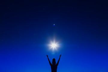 Голубое небо большая светящаяся звезда