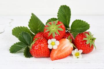 Erdbeeren Erdbeere Früchte Blätter auf Holzbrett