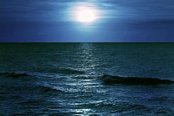 morze w blasku księżyca