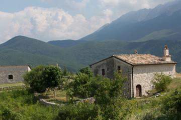 Antiche case restaurate in un villaggio di montagna abbandonato, Centro Italia