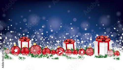 Weihnachtskarte mit Weihnachtskugeln, Geschenken und Tannenzweigen ...