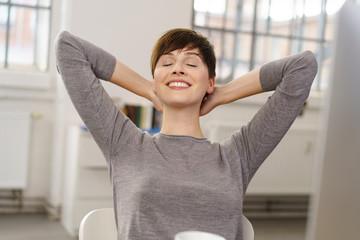 zufriedene frau lehnt sich entspannt zurück